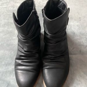 Bare traps boots size 9